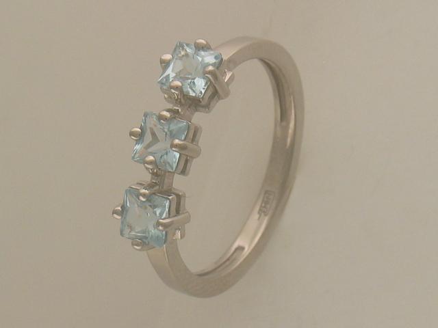 Золотое кольцо с тремя квадратными полудрагами, белое золото