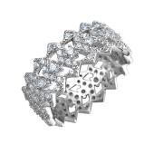 Кольцо ажурное усыпанное фианитами с зигзаговыми краями из серебра