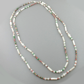 Колье бусы с перламутром и керамикой в бело-зелено-красном цвете, серебряный замок