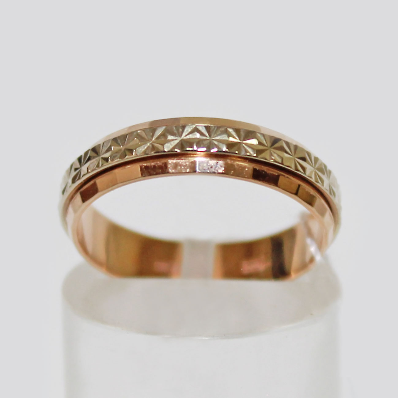 cdd65edfbd35 Кольцо обручальное со вставкой с алмазной огранкой из белого золота ширина  шинки 4 мм