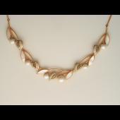 Колье декоративное с жемчугом, бриллиантами и перламутром,красное и белое золото