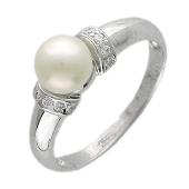 Кольцо, белое золото, белый жемчуг в центре, перемычки из фианитов