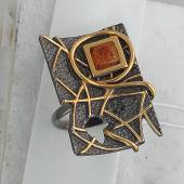 Кольцо с янтарем (малахитом), серебро с позолотой и чернением