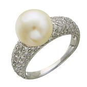Кольцо с белым жемчугом и широкой дорожкой из фианитов, белое золото
