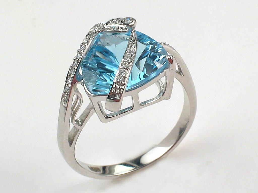 Кольцо, белое золото, 585 пробы, крупный аметист/топаз треугольной формы с дорожкой бриллиантов