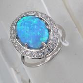 Кольцо с голубым синтетическим опалом и фианитами из серебра