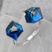 Кольцо Два Кубика с синими кристаллами SWAROVSKI разомкнутое, серебро