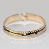 Кольцо обручальное из желтого золотого со вставкой из белого золота, цветы с алмазной гранью. Ширина шинки 4.0мм