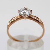Кольцо на помолвку с большим фианитом бриллиантовой огранки и дорожкой фианитов, красное золото