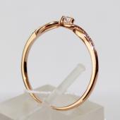 Кольцо с крупным фианитом посередине, по четыре фианита по бокам, красное золото