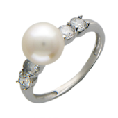 Кольцо с белым жемчугом в центре, четыре фианита по бокам, белое золото